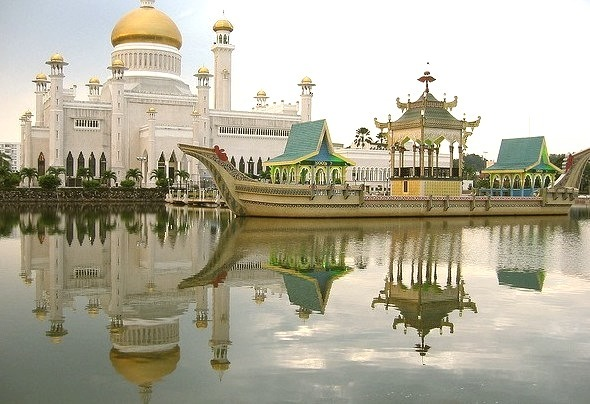 Sultan Omar Ali Saifuddin Mosque is a royal Islamic mosque located in Bandar Seri Begawan. The mosque is one of the most spectacular mosques in the Asia Pacific and a...