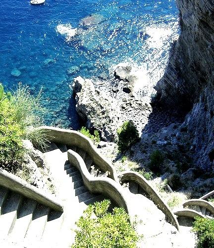 visitheworld:Going down to the beach, Costa Amalfitana, Italy